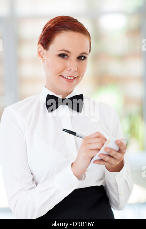 hübsche Kellnerin die Bestellungen im restaurant - Stockfoto