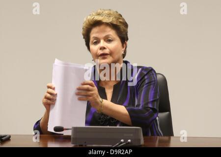 Brasilia, Brasilien. 24. Juni 2013. Der Präsident Brasiliens, Dilma Rousseff, bei einem Treffen mit Vertretern der - Stockfoto