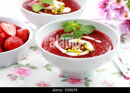 Erfrischende kalte Erdbeer-Suppe für den Sommer - Stockfoto