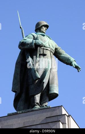 Russischer Soldat auf das Sowjetische Ehrenmal im Tiergarten, Berlin, Deutschland. - Stockfoto