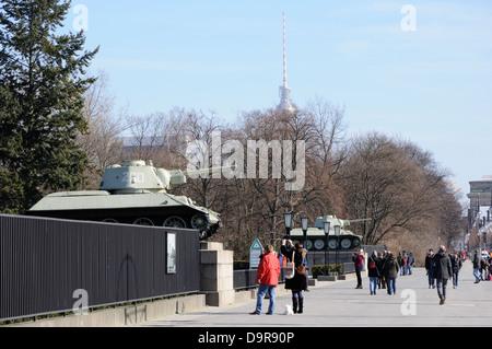 T-34 Panzer flankieren das Sowjetische Ehrenmal im Tiergarten, Berlin, Deutschland. - Stockfoto