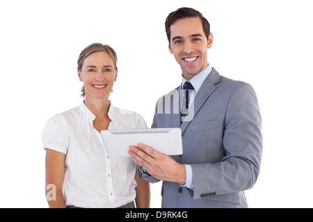 Lächelnde Mitarbeiter mit einem TabletPC - Stockfoto