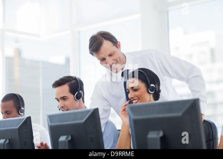 Manager Call Center Mitarbeiter hören - Stockfoto