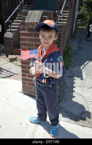 Cub Scout wartet im The Kings County Memorial Day Parade in der Bay Ridge Abschnitt von Brooklyn, NY, März 27. Mai - Stockfoto