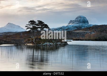 Loch Druim Suardalain mit Mts Canisp & Suilven bestäubt, im Schnee, Sutherland, Schottland, UK - Stockfoto