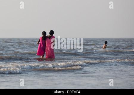 Eine Familie an einem Strand in Mumbai, Indien - Stockfoto