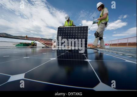 Bauarbeiter installieren Photovoltaik solar-Elektro-Panels auf dem Dach des National Renewable Energy Labor South - Stockfoto