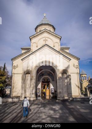 Die Kashveti Kirche St. Georg im Zentrum von Tiflis, gegenüber dem Parlamentsgebäude an der Rustaveli Avenue gelegen. - Stockfoto