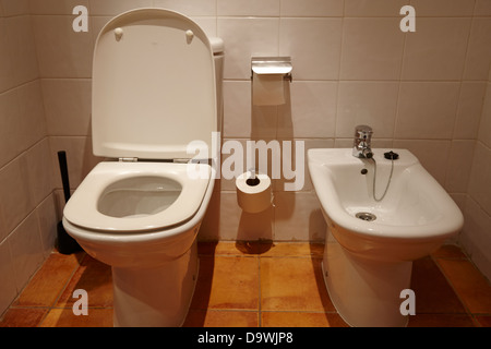 WC und Bidet in einem Hotel Zimmer Salou, Katalonien, Spanien - Stockfoto