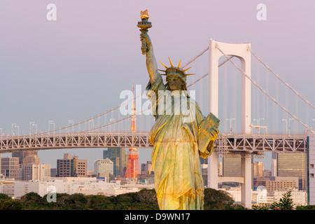 Japan, Tokyo, Tokyo Tower, Replik der Freiheitsstatue, Bucht von Tokio, Odaiba, Regenbogenbrücke - Stockfoto