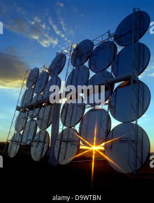 Techniker arbeiten an der SAIC gebaut und entworfen Heliostat-solar Power-Tower in den Ausläufern 14. August 1997 - Stockfoto