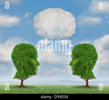Wachsende Netzwerk-Kommunikation mit einer Gruppe von zwei Bäumen in Form eines menschlichen Kopfes mit einer leeren - Stockfoto