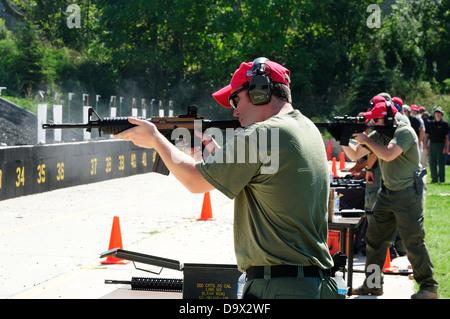 FBI-Agenten Praxis schießen automatischen Gewehren oder AR bei FBI Driving Range in der Nähe von Chicago. - Stockfoto