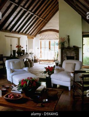 Weisser Sessel Und Niedrigen Couchtisch Aus Holz Im Wohnzimmer Land Mit Einer Hohen Gewlbten Balkendecke