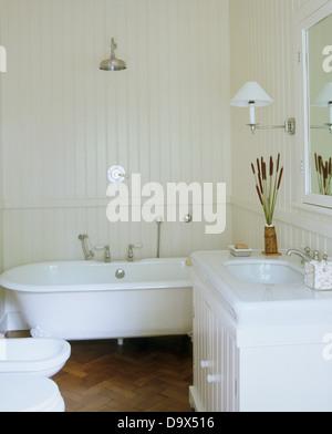 ... Chrom Dusche über Roll Top Badewanne Im Weißen Badezimmer Mit Weißen  Gemalten Zunge + Groove