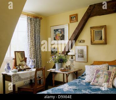 ... Hund Schläft Auf Bett Mit Kissen Und Blaue Abdeckung Im Ferienhaus  Schlafzimmer Mit Holzwand Strahl Und