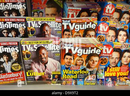 Fernsehzeitschriften in einem Zeitungskiosk - Stockfoto