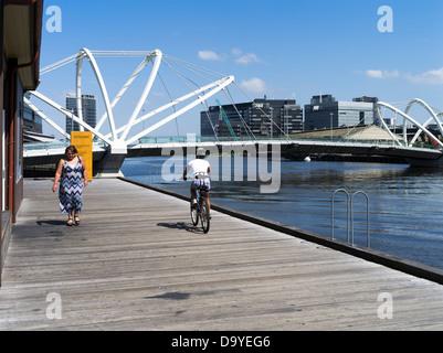 Dh Fluss Yarra Melbourne Australien Bootsbauerinnen yard promenade Radfahrer Seeleute Brücke Radtour Radfahren - Stockfoto