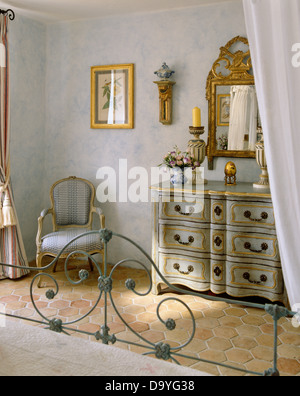 Reich verzierte vergoldete antiker spiegel ber dem kamin in pastell blau schlafzimmer mit - Spiegel uber kommode ...