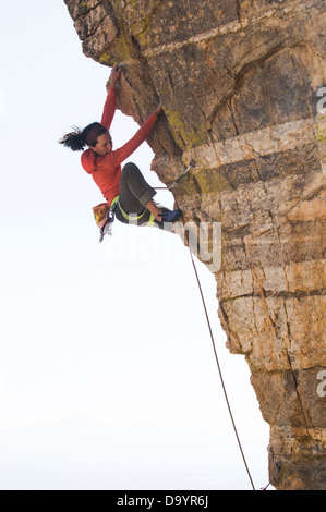 Eine Frau Klettern Rand am Windy Point, Mount Lemmon Highway, Coronado National Forest, Tucson, Arizona. - Stockfoto