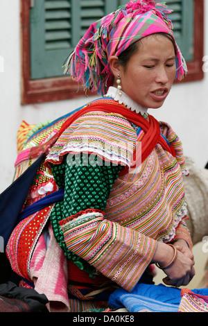 Flower Hmong Frau mit ihrem Kind auf dem Rücken auf dem Markt in Bac Ha, Vietnam, Südostasien - Stockfoto