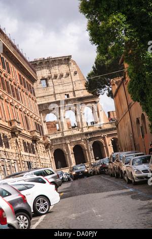 Ein Abschnitt des Kolosseums gesehen auf einer Straße in Rom, Italien. - Stockfoto