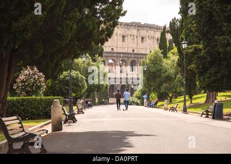 Ein Teil der das Kolosseum von der Parco del Colle Oppio in Rom gesehen. - Stockfoto