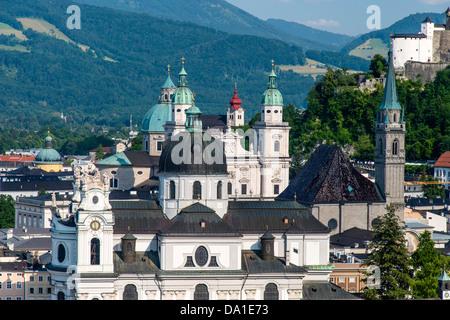 Panoramablick über Kuppeln und Glockentürme in der Altstadt, Salzburg, Österreich - Stockfoto
