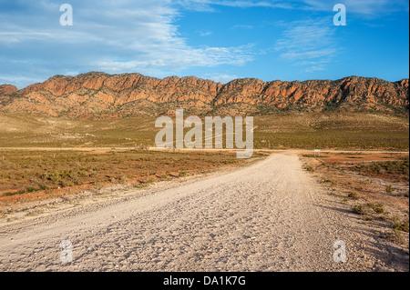 Eine staubige Outback Feldweg in South Australia robust schön Flinders Ranges. - Stockfoto