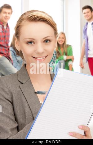 Lehrer mit großen Notizblock in der Schule - Stockfoto
