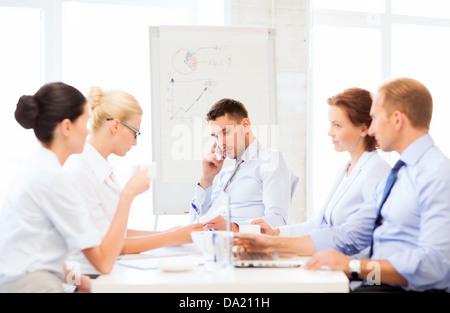 betont männlichen Vorgesetzten auf Business-meeting - Stockfoto