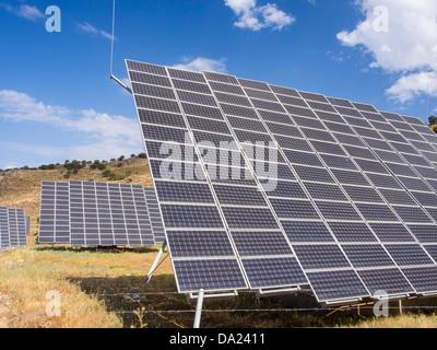 Ein Solarkraftwerk auf Lesbos, Griechenland, bestehend aus einer Anzahl von tracking-Photovoltaik-panels - Stockfoto