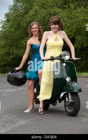 Mädchen im Teenageralter Partei Kleider Set trägt gehen auf einem ...
