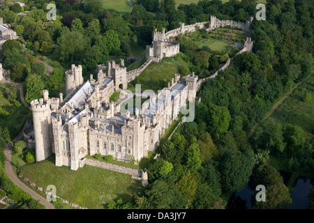 ARUNDEL CASTLE (Luftbild). Mittelalterliche Burg in Arundel, West Sussex, England, Großbritannien, Vereinigtes Königreich.