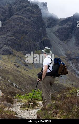 Hillwalker mit Sonnenhut und Rucksack auf Bergpfad, Blaven, Isle Of Skye, Schottland, UK - Stockfoto