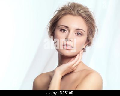 Schönheit-Porträt einer jungen Frau entspannt Gesicht mit natürlichen sauberen Make-up und zeitgenössische Frisur - Stockfoto