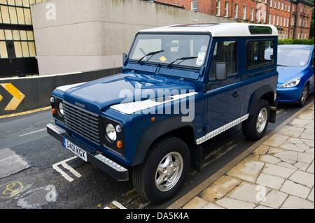 Blaue Land Rover Defender 90 County Station Wagon geparkt auf Straße in Leeds West Yorkshire England UK - Stockfoto