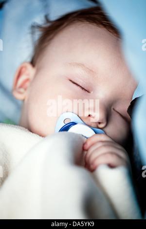 Nahaufnahme eines entzückenden Babys friedlich schlafend im Bett. - Stockfoto