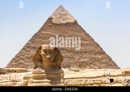 Die große Sphinx und Pyramide des Chephren, auch bekannt als Pyramide des Chephren, Gizeh, Kairo, Ägypten - Stockfoto