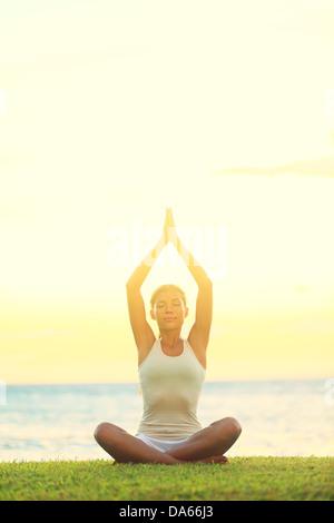 Yoga Frau Entspannung auf See bei Sonnenaufgang oder Sonnenuntergang die Sukhasana, einfach Stellen mit Blick auf - Stockfoto