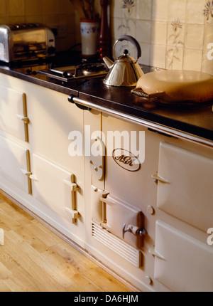 Alessi Wasserkocher auf Kochfeld in Beige Küche mit Augenhöhe Doppel ...