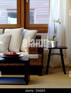 Dunkles Holz Couchtisch Vor Rattan Sofa Mit Weissen Kissen Im Modernen Wohnzimmer Voile Vorhnge