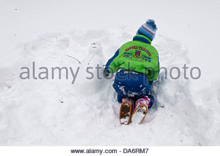 Mädchen machen einen Schneemann - Stockfoto