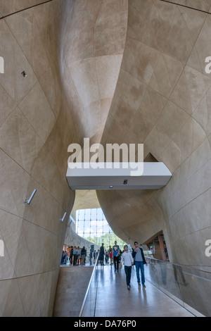 Museum der Geschichte der polnischen Juden, Eingangsbereich, entworfen, um eine biblische Öffnung im Roten Meer, - Stockfoto