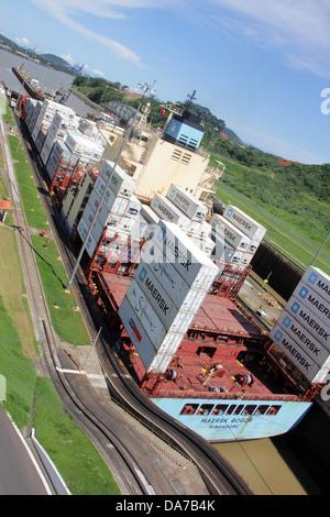 Frachtschiff Transit durch die Miraflores Locks, Panamakanal, Pazifik-Seite. - Stockfoto