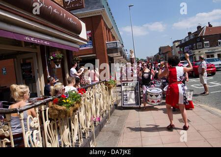 BATALA Drumming Band hinzufügen das Spektakel in Wilmslow Festival, UK - Stockfoto