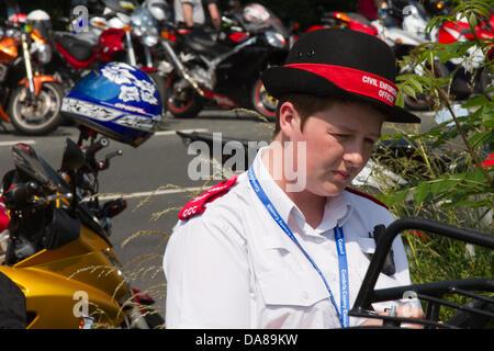 Kirkby Lonsdale, UK 7. Juli 2013, zivilen Vollzugsbeamten an Teufelsbrücke, eines der malerischsten Biker trifft - Stockfoto
