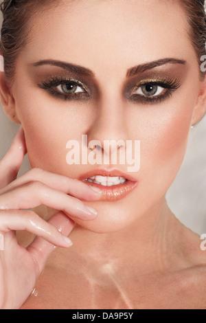 Porträt eines schöne weibliche Modells in einer Badewanne mit Wasser gefüllt - Stockfoto
