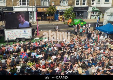 Wimbledon-Marktplatz Menschenmassen sehen Herren-Finale von Wimbledon Tennisturnier Andy Murray.  HOMER SYKES