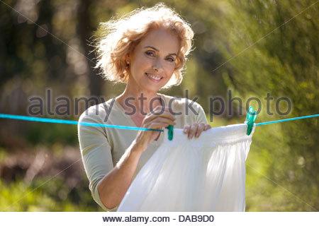 Reife Frauen in nasser Kleidung